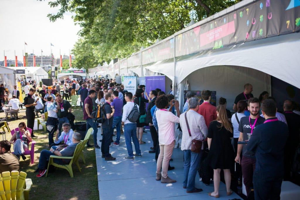 Visitez la tente gouvernementale vous y rencontrerez des gens qui ont a coeur votre succes